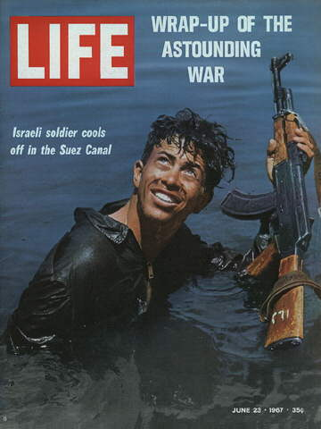 ISRAELI SOLDIER COOLS OFF IN THE SUEZ CANAL